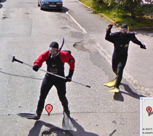 Sim, eles estão perseguindo o carro do Google Street View D: