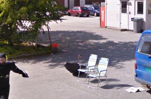 Alguém aguardava pelo carro, em belas cadeiras de praia e com guarda sol